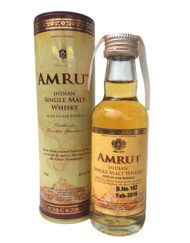 Botella miniatura de whisky Amrut Single Malt con caja de tubo.